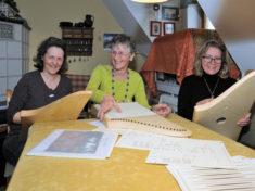 Beim Veeh-Harfen-Unterricht von Manuela Lohner (links): Evi Kosak aus Bobingen und Manuela Zeigner aus Untermeitingen Foto:Gunnar Olms