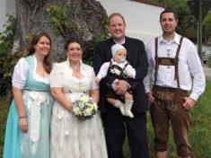 Das Ehepaar mit Trauzeugen Stefanie Fischer und Georg Ehrhart